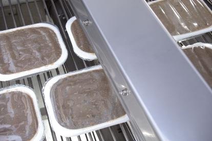 Lebensmittel-Schalen in unserer Air Knife Trocknungsanlage